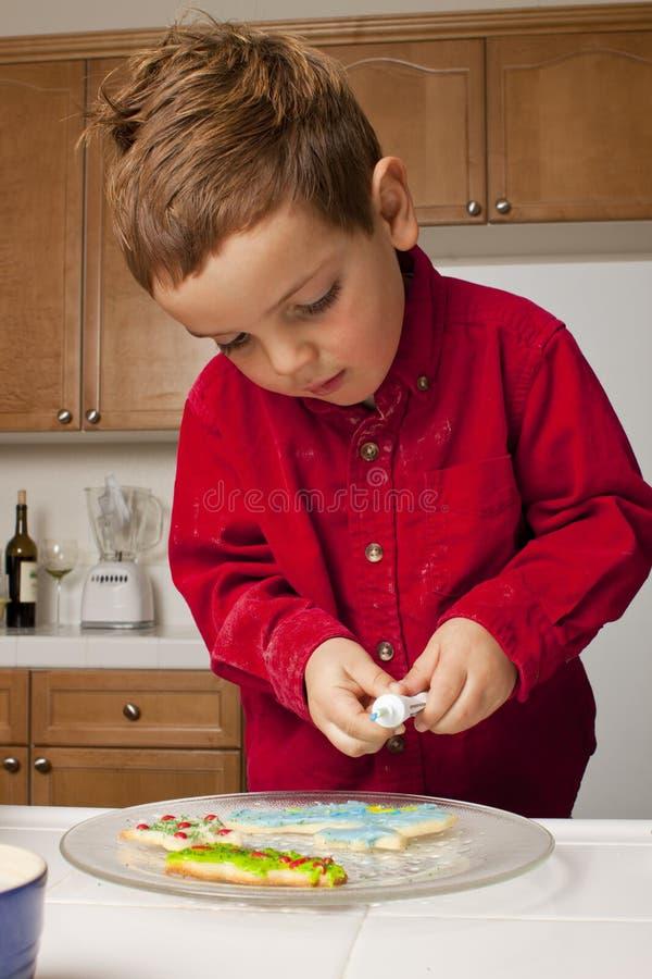 Niño que adorna las galletas fotos de archivo libres de regalías