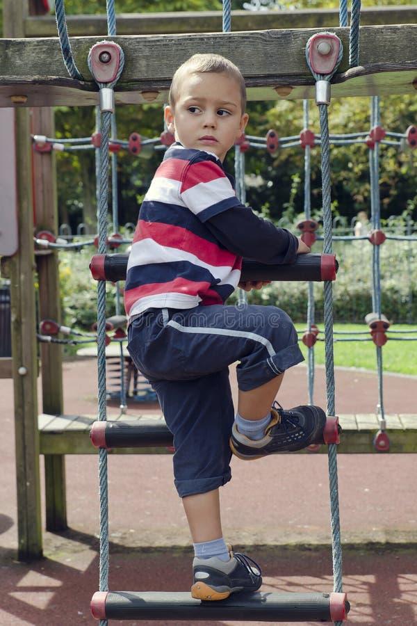 Niño que agita en el patio fotos de archivo