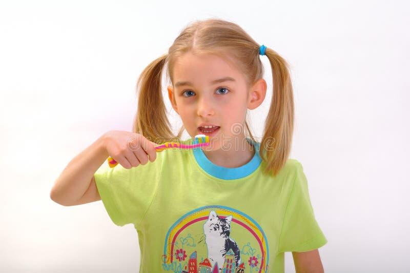 Niño que aplica sus dientes con brocha aislados en blanco imágenes de archivo libres de regalías