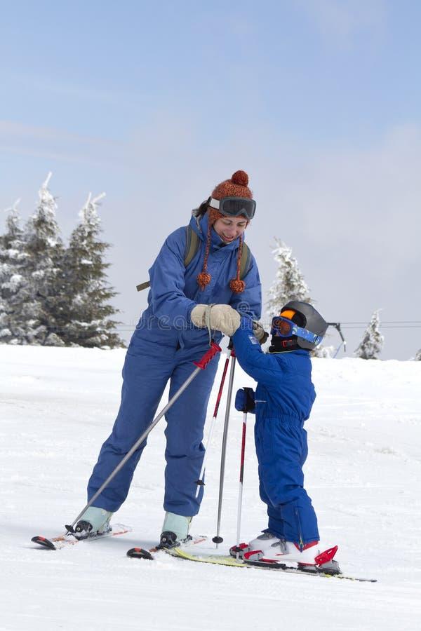 Niño que aprende esquiar foto de archivo