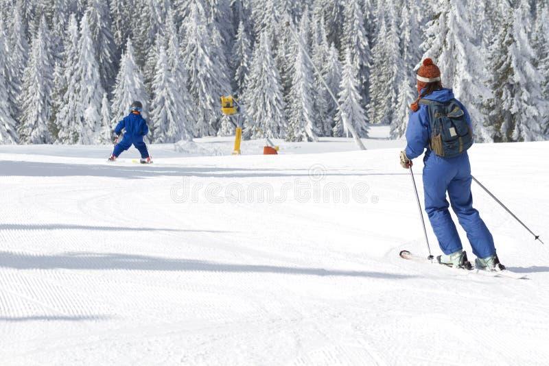 Niño que aprende esquiar foto de archivo libre de regalías