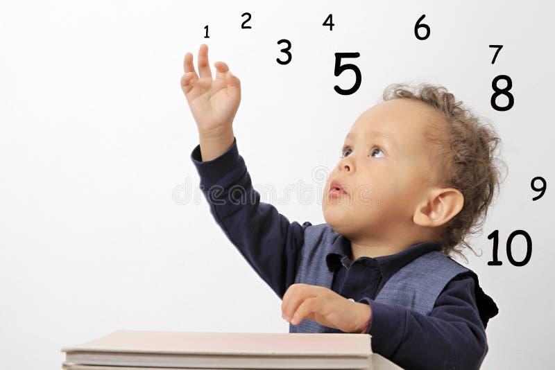 Niño que aprende números foto de archivo