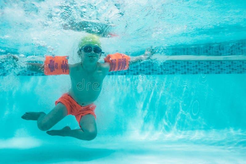 Niño que aprende nadar foto de archivo libre de regalías