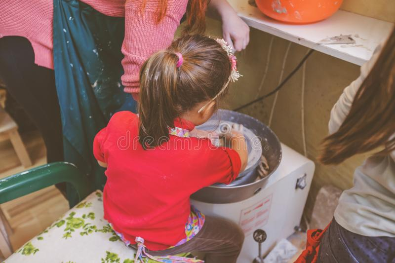 Niño que aprende nueva destreza en el taller de la cerámica fotos de archivo libres de regalías