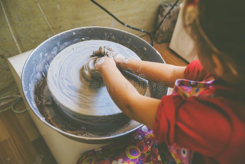 Niño que aprende nueva destreza en el taller de la cerámica foto de archivo libre de regalías