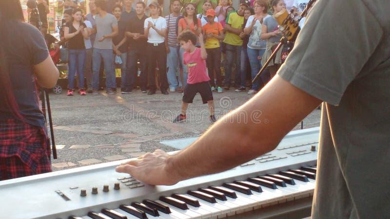Niño que baila a la música del piano fotos de archivo