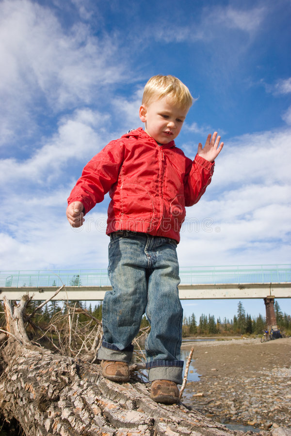 Niño que balancea en registro imágenes de archivo libres de regalías