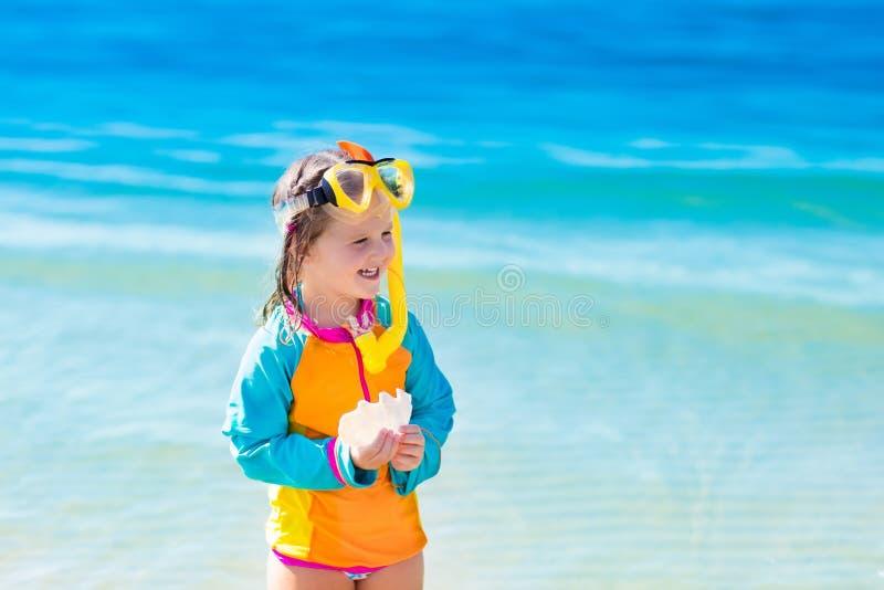 Niño que bucea en la playa tropical fotos de archivo