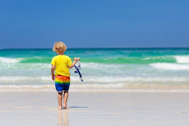 Niño que bucea en la playa tropical Los niños bucean imagen de archivo