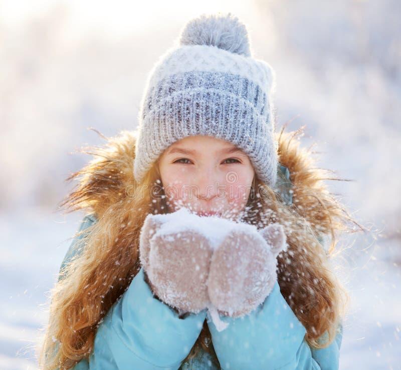 Niño que camina en el parque del invierno fotografía de archivo libre de regalías
