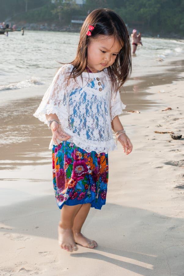 Niño que camina feliz en el mar imagenes de archivo