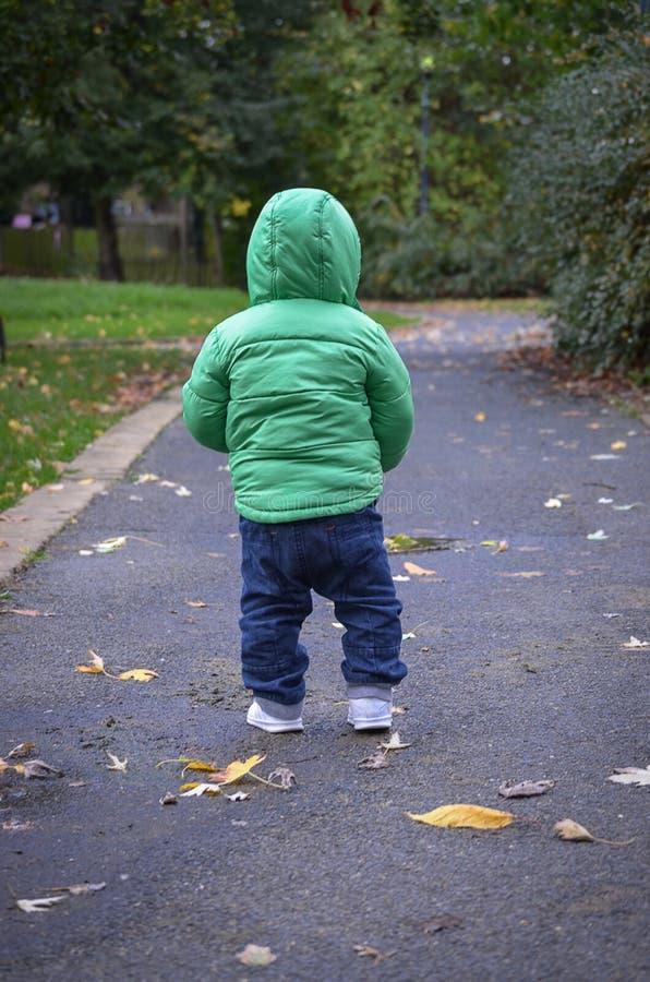 Niño que camina solamente primera vez imagen de archivo libre de regalías