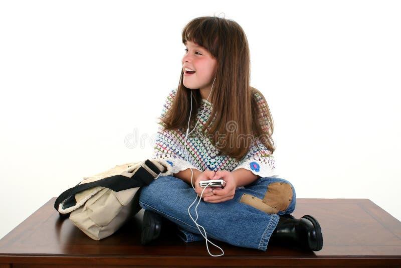 Niño que canta a la música foto de archivo libre de regalías