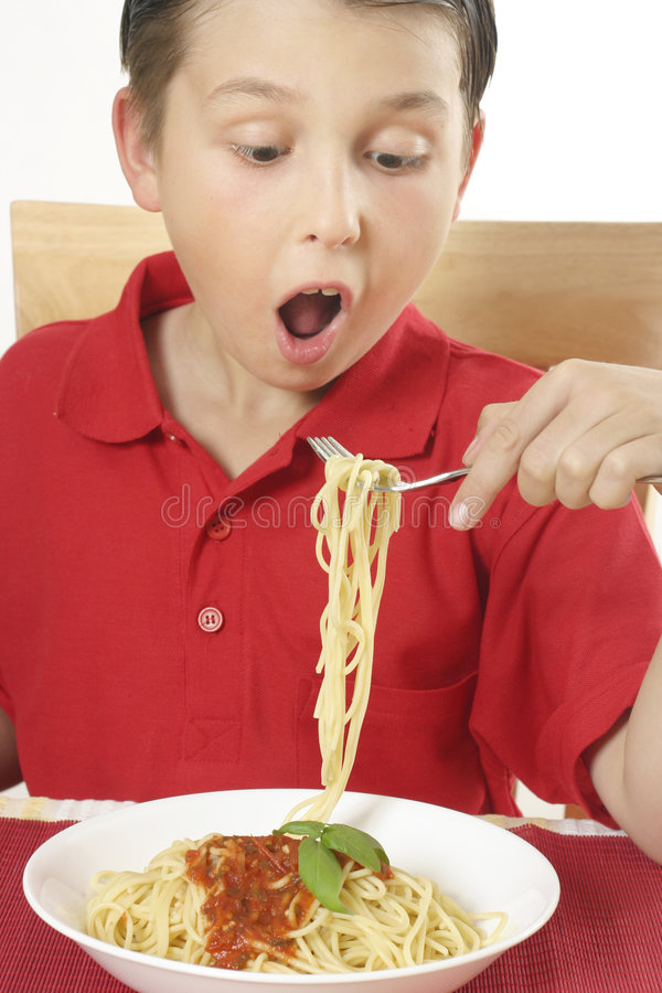 Niño que come el espagueti foto de archivo libre de regalías