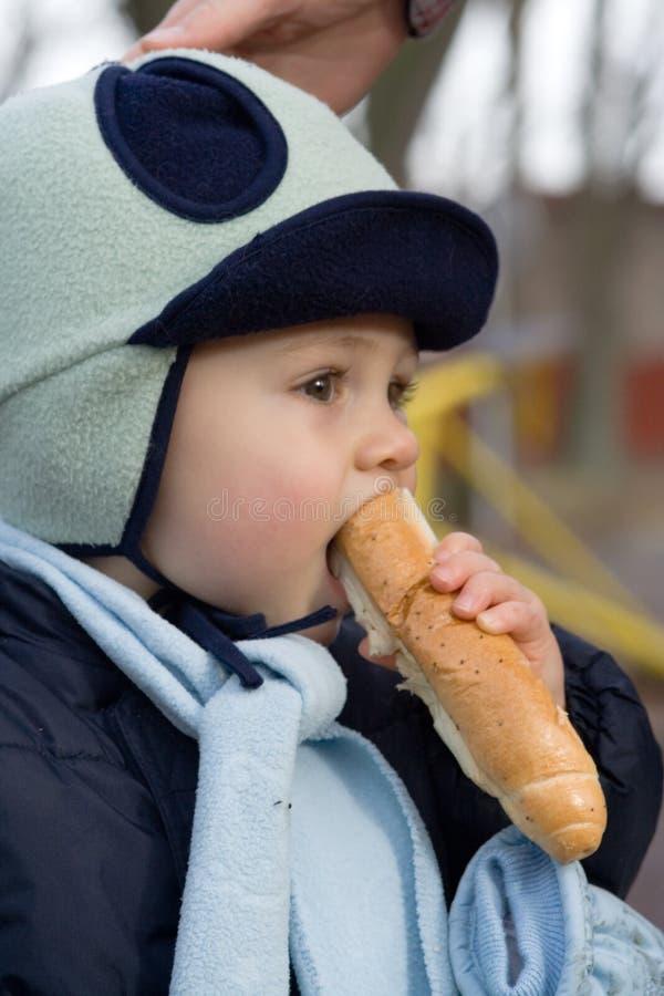 Niño que come el pan foto de archivo libre de regalías
