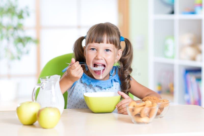 Niño que come la comida sana en casa foto de archivo libre de regalías