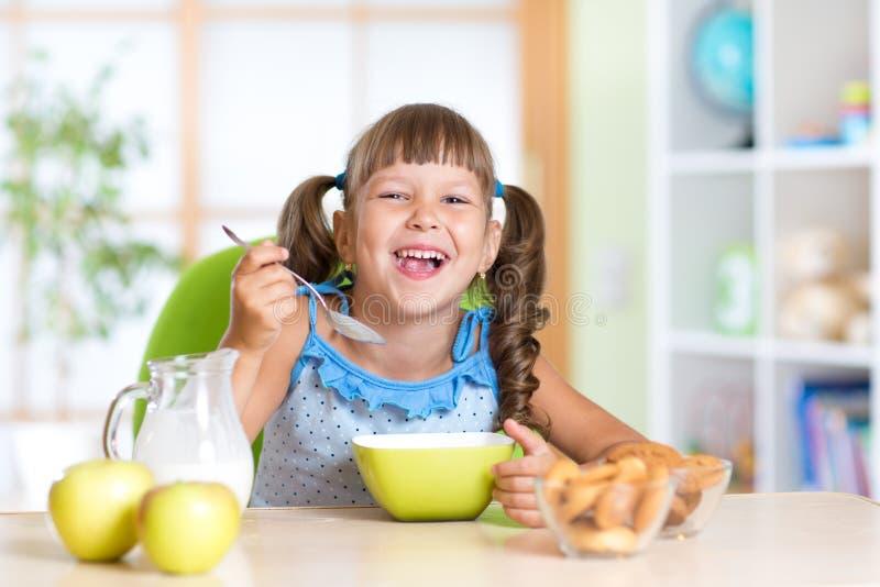 Niño que come la comida sana en casa fotos de archivo libres de regalías