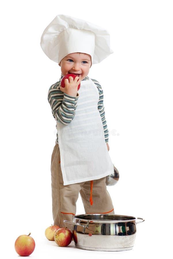 Niño que come la manzana roja en blanco foto de archivo libre de regalías