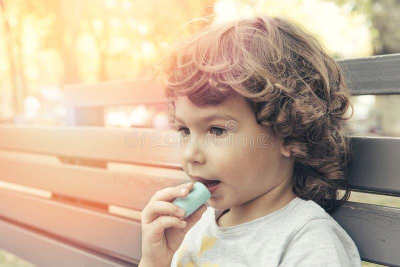 Niño que come la melcocha imágenes de archivo libres de regalías