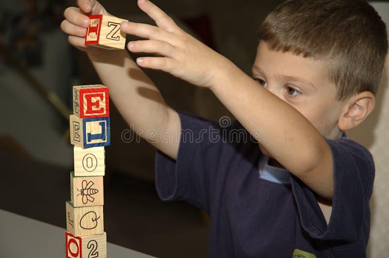 Niño que construye 2 imágenes de archivo libres de regalías