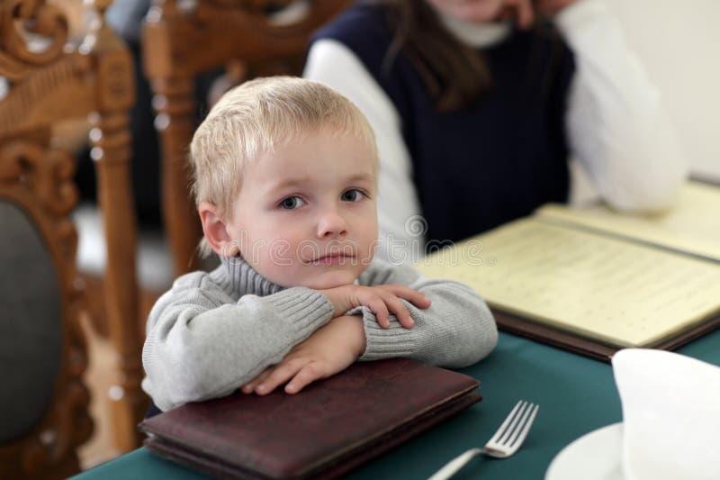 Niño que descansa en el café imágenes de archivo libres de regalías