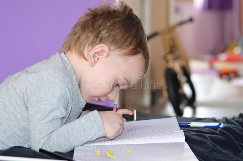 Niño que dibuja en casa imágenes de archivo libres de regalías