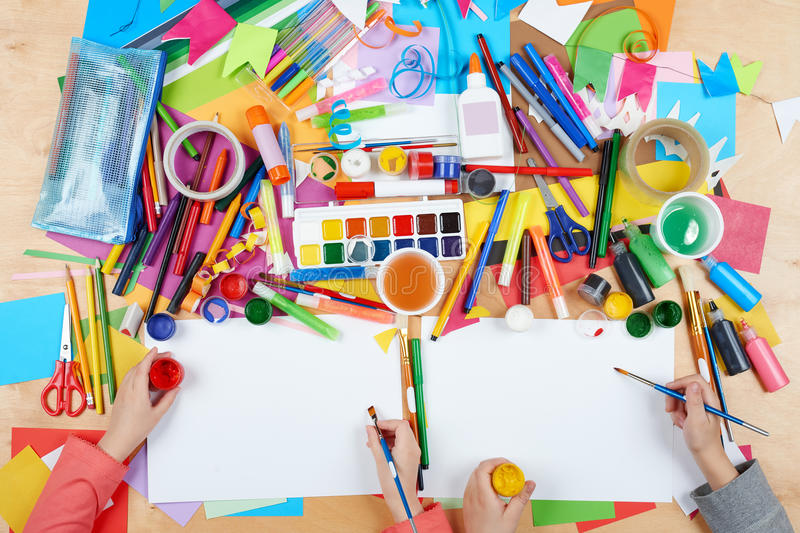 Niño que dibuja la visión superior Lugar de trabajo de las ilustraciones con los accesorios creativos Herramientas planas del art libre illustration