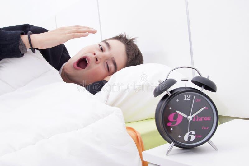 Niño que duerme en cama imagenes de archivo