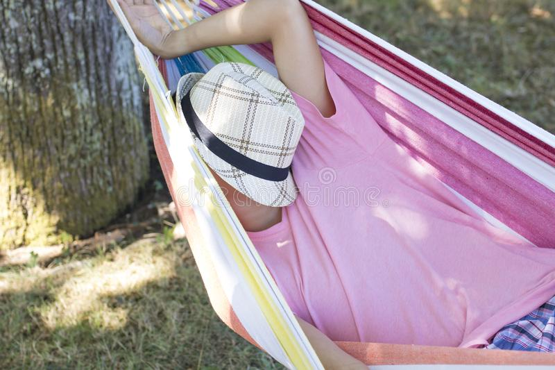 Niño que duerme en el verano fotos de archivo libres de regalías