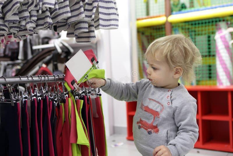 Niño que elige la ropa fotografía de archivo