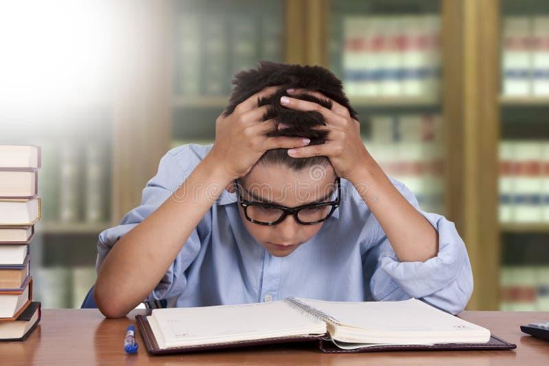 Niño que estudia en el escritorio imagen de archivo libre de regalías