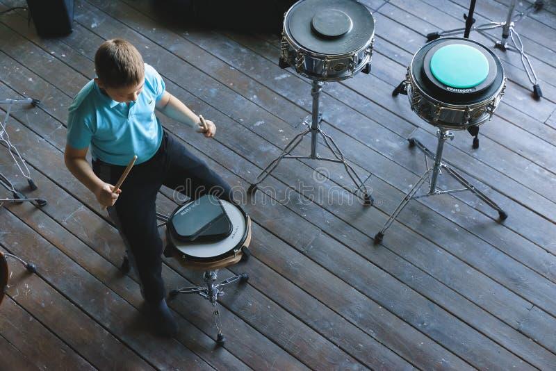 Niño que estudia los tambores en la escuela Cojín del entrenamiento fotografía de archivo libre de regalías