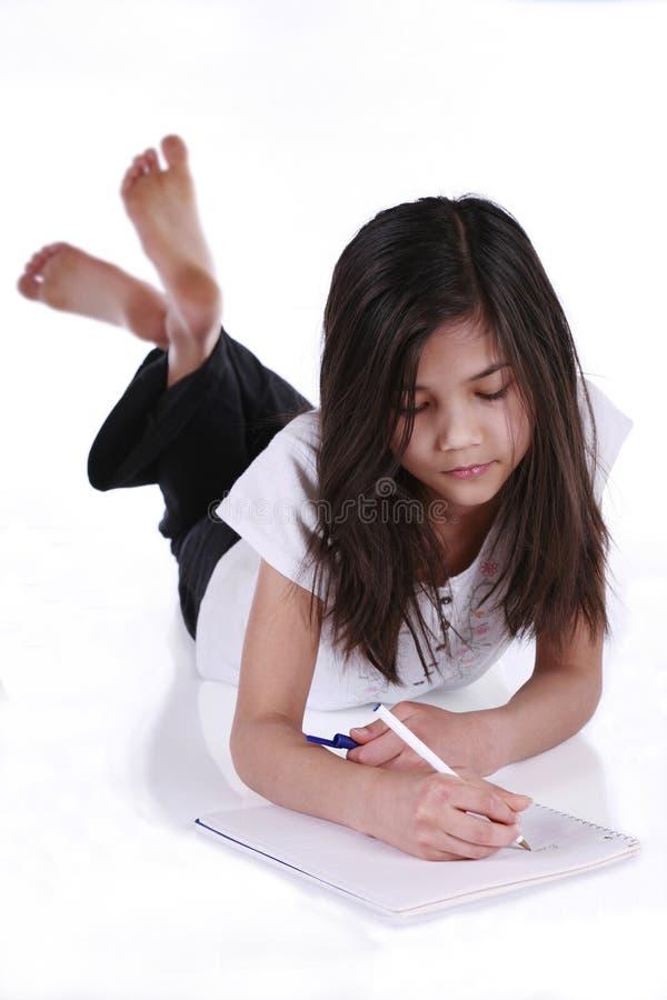 Niño que estudia o que escribe imagen de archivo