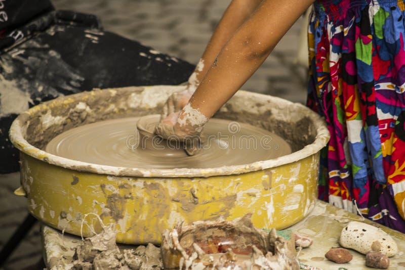Niño que hace artesanía de la cerámica y Clay Work With Child fotos de archivo libres de regalías
