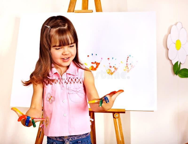 Niño que hace impresiones de la mano. imagen de archivo