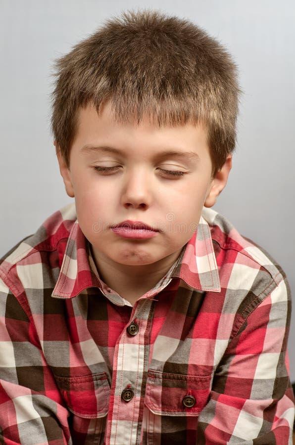 Niño que hace las caras feas 20 imagen de archivo
