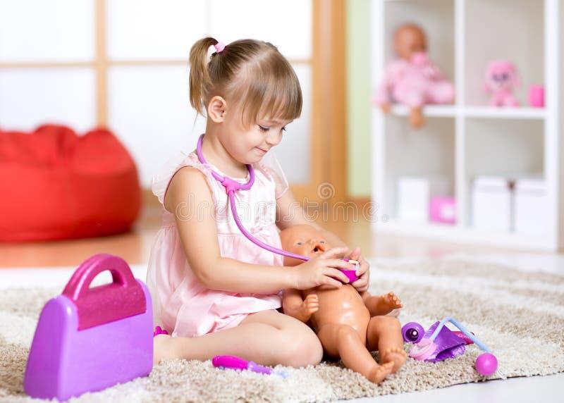 Niño que juega al doctor con el juguete imágenes de archivo libres de regalías