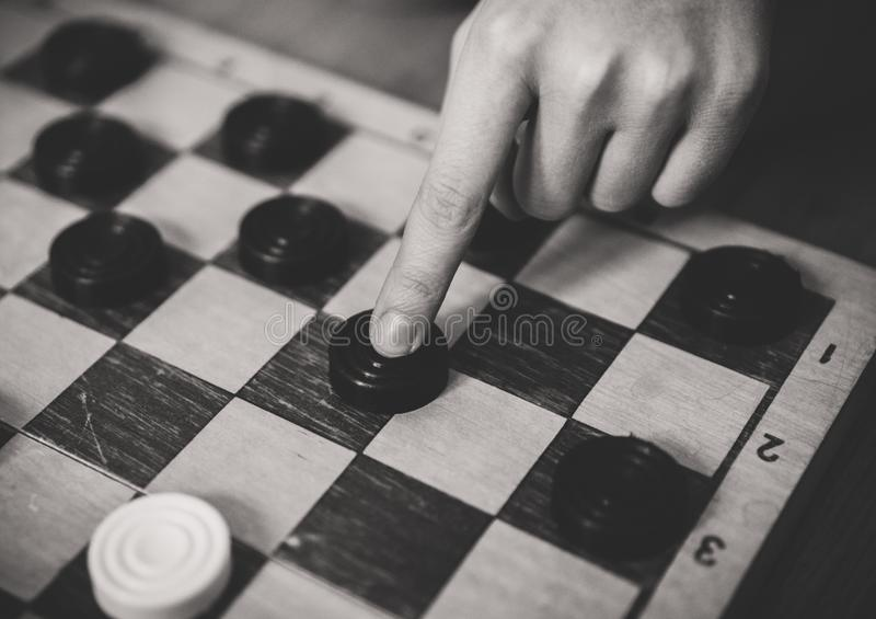 Niño que juega al juego de mesa de los inspectores foto de archivo libre de regalías