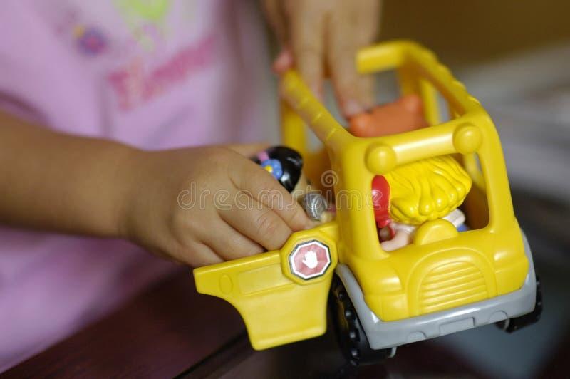 Niño que juega con el juguete foto de archivo