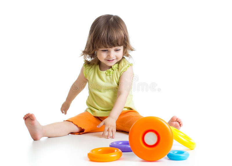 Niño que juega con el juguete de la pirámide del color fotos de archivo