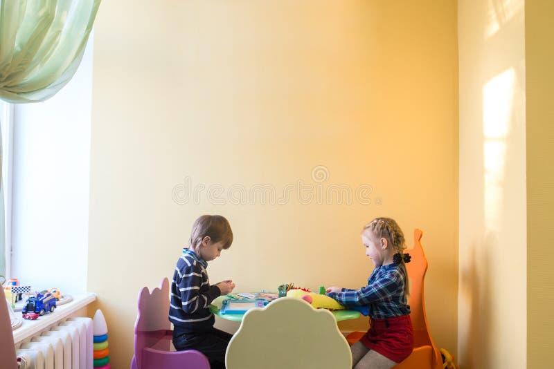 Niño que juega con en su tabla imagenes de archivo