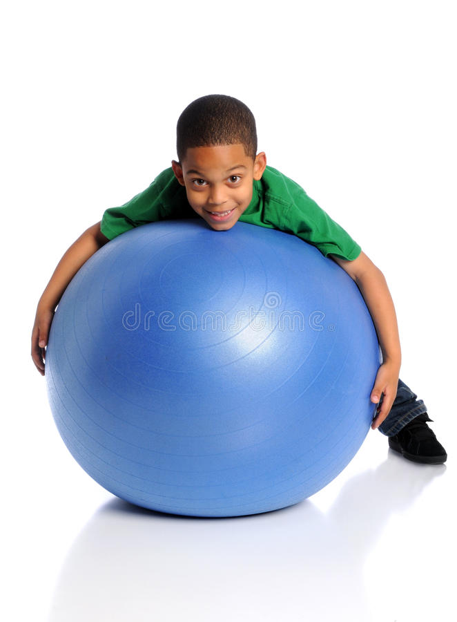 Niño que juega con la bola grande imagenes de archivo