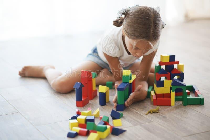 Niño que juega con los bloques fotografía de archivo libre de regalías