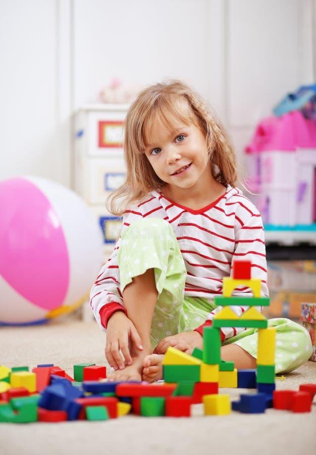 Niño que juega con los ladrillos foto de archivo