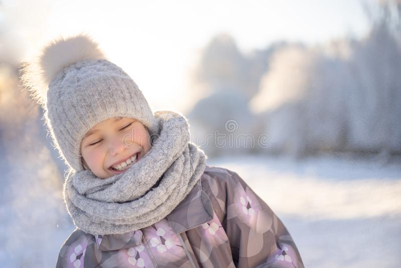Niño que juega con nieve en invierno imagenes de archivo