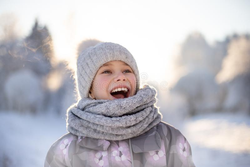 Niño que juega con nieve en invierno imagen de archivo libre de regalías