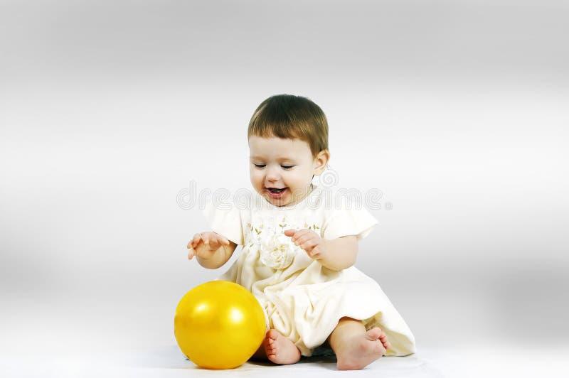 niño que juega con una bola imagenes de archivo