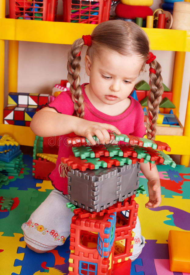 Niño que juega el conjunto del bloque y de la construcción. imagenes de archivo