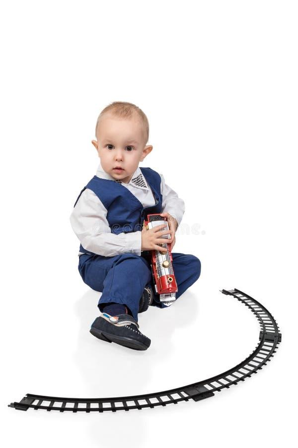 Niño que juega el juguete del ferrocarril imagen de archivo libre de regalías
