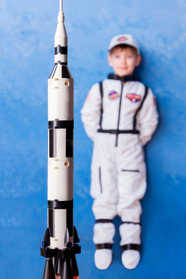 Niño que juega en astronauta con el constructor imágenes de archivo libres de regalías